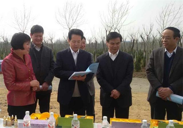 省林业厅吴庆刚厅长(右三)、陈站长(左三)来苗圃指导工作